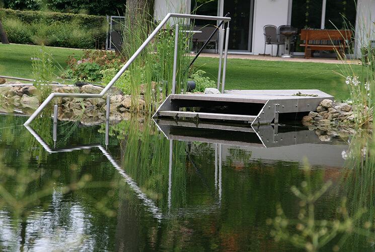 Der Feuchtbereich Sollte Sich Harmonisch In Die Gartenanlage Einfügen. Man  Kann Ein Natürliches Feuchtbiotop Anlegen, Aber Auch Streng Geometrische ...